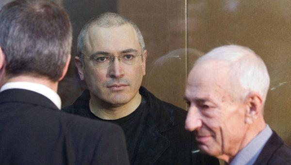 Экс-глава ЮКОСа Михаил Ходорковский и его адвокат Юрий Шмидт (слева направо). Архив