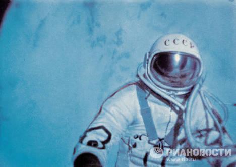 Космонавт Алексей Леонов впервые в истории космонавтики совершил выход в открытый космос с борта корабля Восход-2