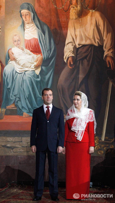 Дмитрий Медведев с супругой Светланой на праздничном пасхальном богослужении в храме Христа Спасителя