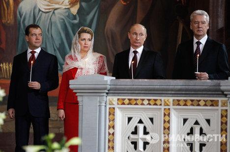 Д. Медведев и В. Путин в храме Христа Спасителя в Москве