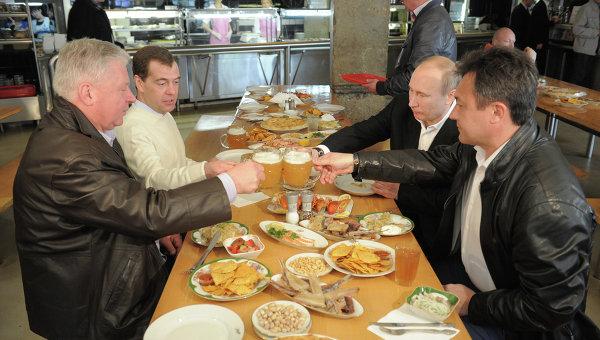 Д.Медведев и В.Путин посетили пивной бар Жигули на Новом Арбате