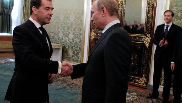 ВДействующий президент России Дмитрий Медведев и председатель правительства РФ, избранный президент РФ Владимир Путин