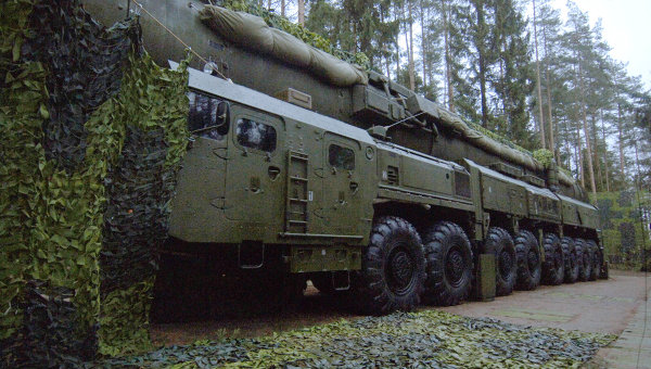Подвижный грунтовый ракетный комплекс (ПГРК) стратегического назначения Тополь-М с элементами маскировки.