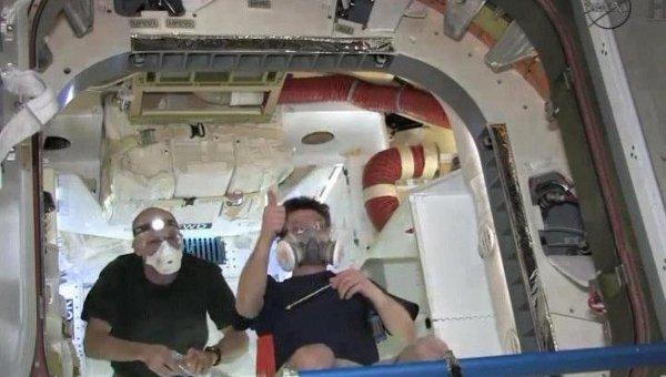 Астронавты открывают люки частного космического корабля Dragon