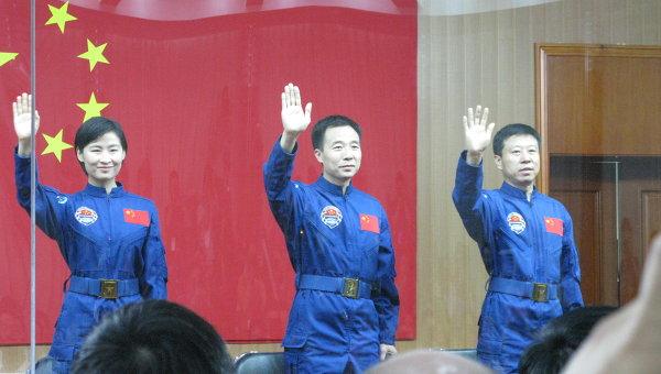 Встреча экипажа китайского космического корабля Шэньчжоу-9 с журналистами. Слева направо: Лю Ян, Цзин Хайпэн (командир), Лю Ван