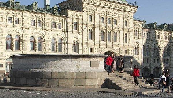 Средние торговые ряды на Красной площади в Москве. Архивное фото