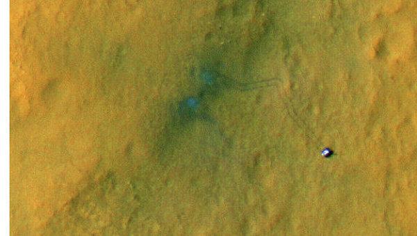 Марсоход Curiosity и оставленный им след, снимок с борта орбитального зонда MRO
