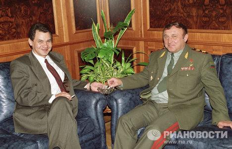Сергей Шойгу и министр обороны РФ Павел Грачев беседуют в перерыве между заседаниями Правительства РФ