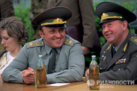 Министр обороны РФ Павел Грачев и командующий воздушно-десантными войсками РФ Евгений Подколзин