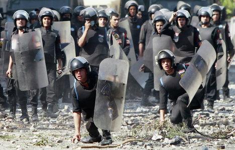 Столкновение полиции с демонстрантами возле посольства США в Каире