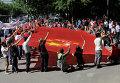 Демонстранты держат флаг Китая возле японского посольства в Пекине