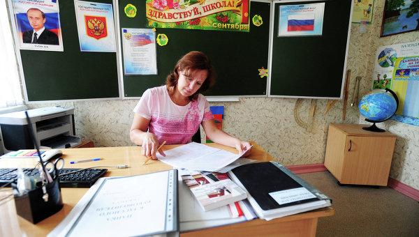 Учитель в классе, архивное фото