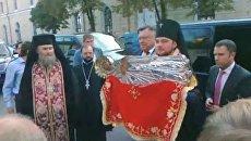 Плащаницу Богородицы привезли в Киево-Печерскую Лавру, где расцвели каштаны