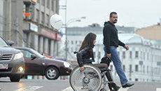 Девушка на инвалидной коляске, архивное фото