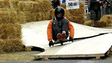 Гонщики на трехколесных санях лавировали между тюками сена
