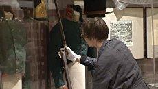 Солдатские ружья начищают сотрудники музея 1812 года перед его открытием