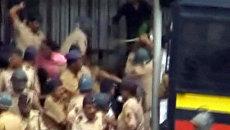 Полиция разгоняет протестующих мусульман бамбуковыми дубинками в Индии