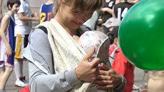 Слинго-мамы устроили сеанс кормления грудным молоком в центре Костромы
