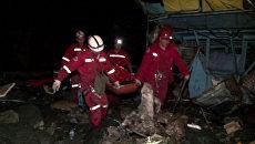Пассажирский автобус сорвался в пропасть на дороге смерти в Боливии