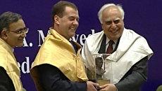Медведеву повязали желтый шарф и назначили доктором философии
