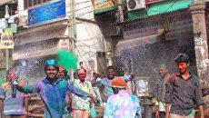 Индийцы раскрашивают друг друга в яркие краски на фестивале Холи