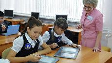 Эксперимент по переходу на электронные книги в средних школах. Архивное фото