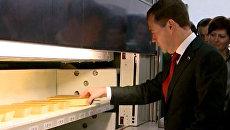 Медведев подержал в руках слитки золота и платины в хранилище банка