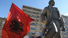 Приштина. Албанский флаг. Архивное фото