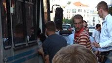 Задержанных протестующих в Минске сажали в автобусы без номеров