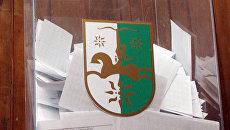 Урна для голосования на избирательном участке в Абхазии. Архив