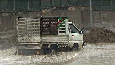 Автомобили с трудом передвигаются по затопленным ливнями улицам Кабула