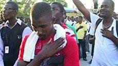 Сотни гаитян оплакивают родных, погибших год назад во время землетрясения