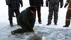 Спасатели взрывают лед на реке, разыскивая тело пропавшего мальчика
