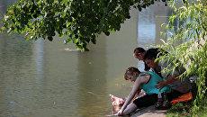 Отдых москвичей у городских прудов. Архивное фото