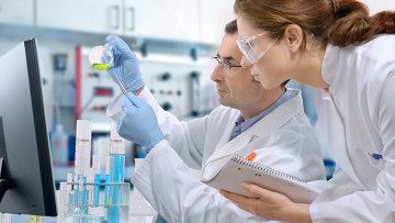 Ученые работают в лаборатории. Архив
