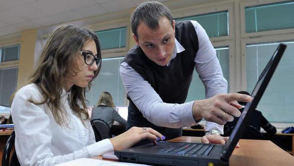 Школьница использует ноутбук во время занятия в школе