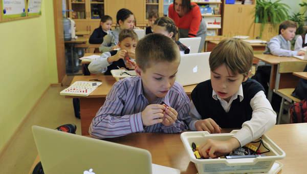 Дети во время занятий в школе