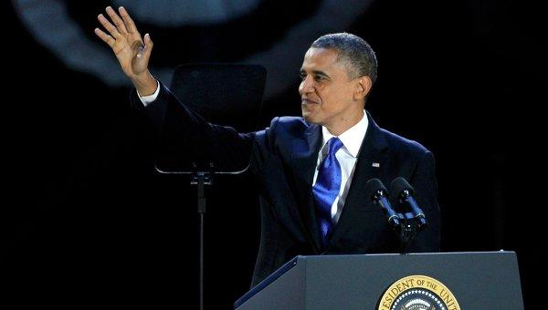 Президент США Барак Обама приветствует сторонников в избирательном штабе в Чикаго