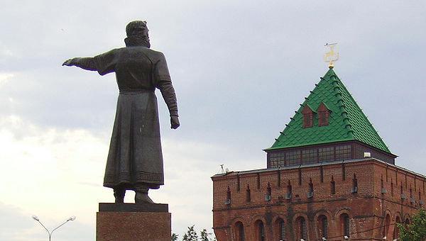 Нижний Новгород, памятник Кузьме Минину и Дмитриевская башня Кремля