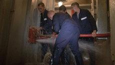 Военные моряки учатся заделывать пробоины под струями холодной воды