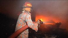 Пожарные пять часов тушили фабрику в Бангладеш. Кадры с места событий