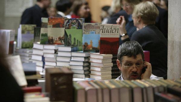 Посетители ярмарки интеллектуальной литературы Non/Fiction №14 в Центральном Доме художника в Москве
