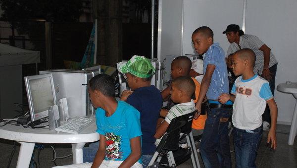 В одном из центров коллективного доступа к интернет в Гаване. Архивное фото