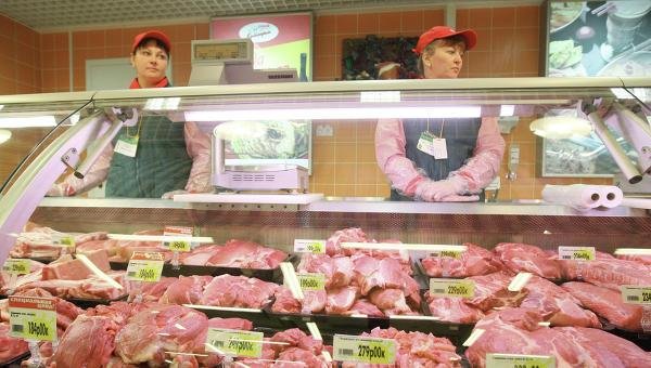 Продажа продажу мяса и мясных продуктов в гипермаркете. Архивное фото
