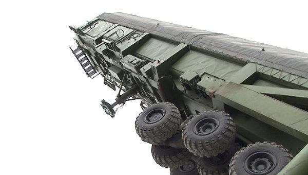Военные опускают баллистическую ракету Тополь-М в стартовую шахту
