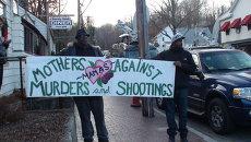 Жители США с плакатами, призывающими запретить свободное ношение оружия