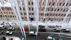 Гигантские сосульки на крышах Санкт-Петербурга. Архивное фото