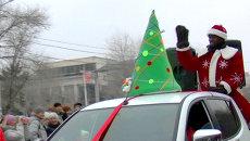 Чернокожий Дед Мороз возглавил новогодний парад сказочных героев в Волгограде