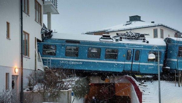 Пассажирский поезд врезался в здание жилого дома в пригороде Стокгольма