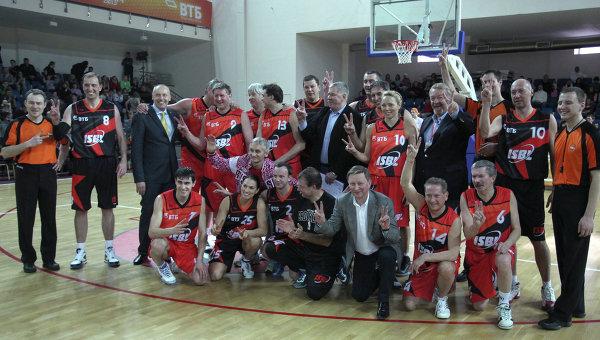 Команды Запад и  Восток перед матчем звезд Международной студенческой баскетбольной лиги